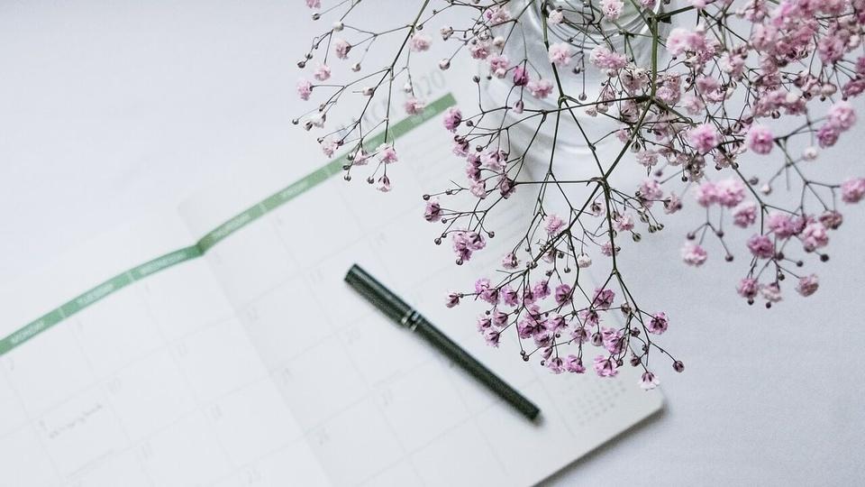 Concurso CORE RN: a foto mostra bloco de anotações em branco e uma caneta, o bloco tem a estrutura de um calendário de anotações