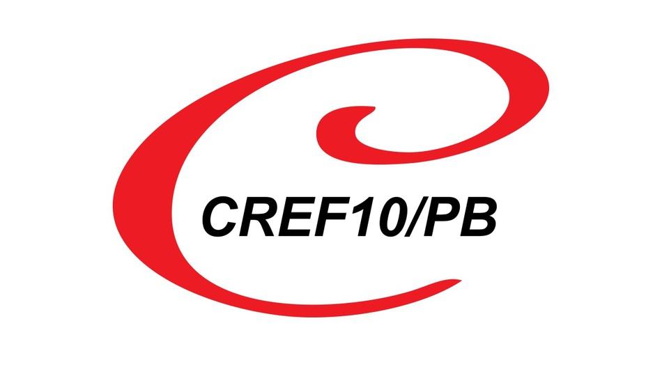 Concurso CREF 10 PB: a foto mostra pés de homem branco calçados com tênis com tons de azul e verde cana ou fluorescente, ao centro a logomarca do CREF 10 PB - Conselho Regional de Educação Física da 10ª Região, Paraíba