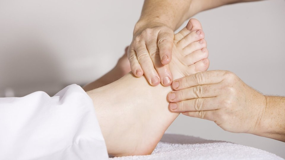 concurso crefito 10 sc: mãos massageando um pé dando a entender que se trata de uma massagem fisioterapêutica