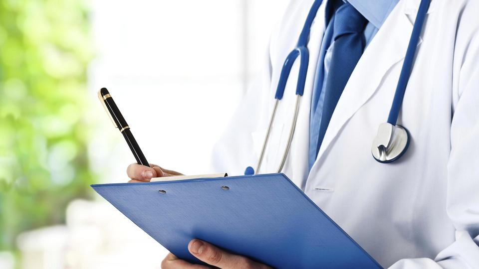 Concurso Cremerj: a foto mostra médico com estetoscópio em volta do pescoço e prontuário prancheta em mãos