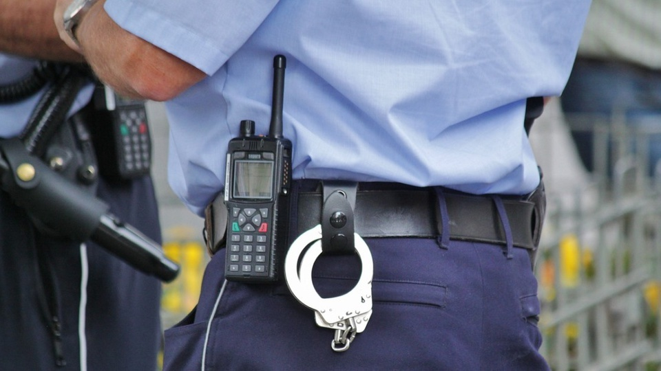 Concurso Cubatão - SP: policial com rádio e algemas no cinto