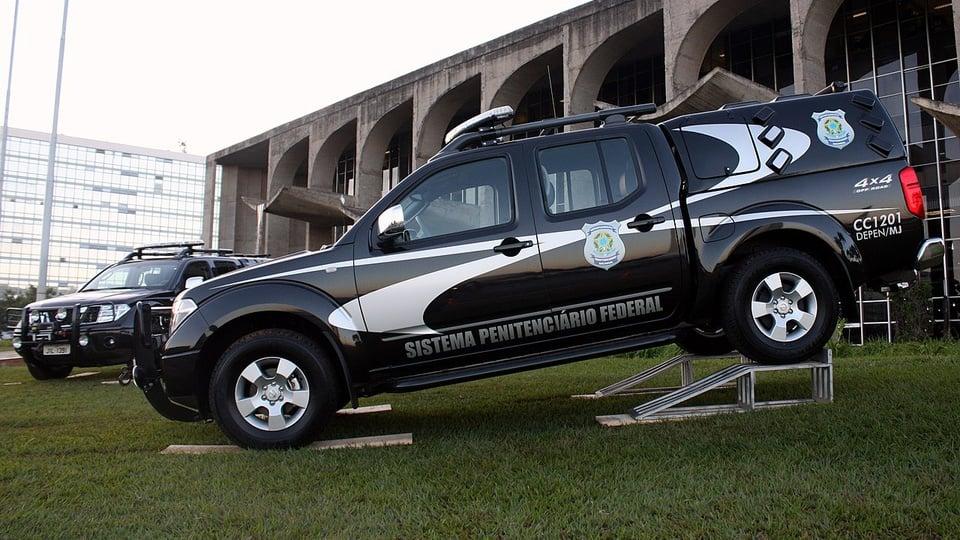 Concurso DEPEN saiu edital com orientações para provas: a imagem mostra duas viaturas do sistema penitenciário federal estacionadas