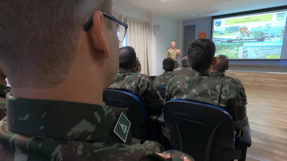 Concurso Exército: turma do Exército assistindo uma aula