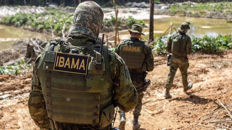 Concurso Ibama: a imagem mostra três fiscais do Ibama fardados em campo