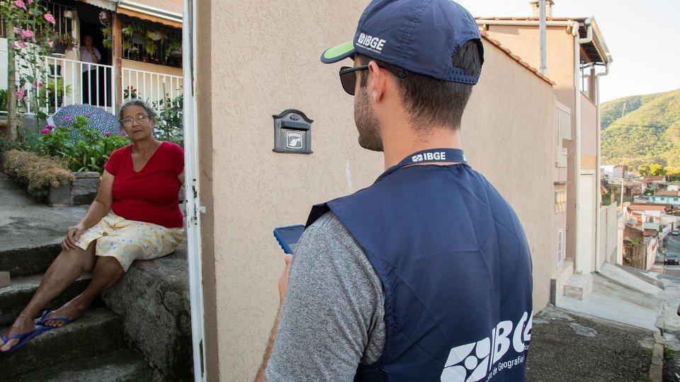 treinamento recenseador IBGE: a imagem mostra agente do IBGE entrevistando senhora