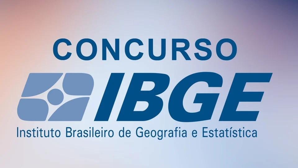 """Concurso IBGE para Censo em 2022: logo do IBGE. Acima, é possível ver a palavra """"concurso"""". Fundo da imagem está desfocado"""