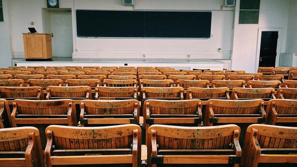 Concurso IFRJ: imagem de uma sala de aula vazia