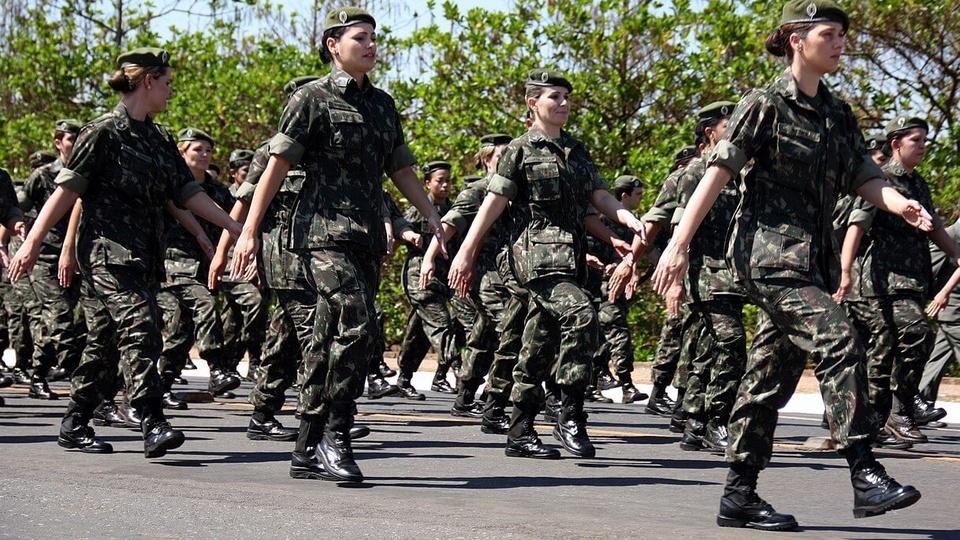 Concurso IME Exército: mulheres do Exército marchando