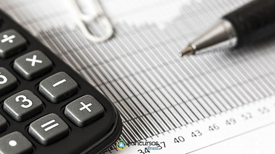 Concurso IPREMU Uberlândia - MG: a foto mostra calculadora, caneta e clip