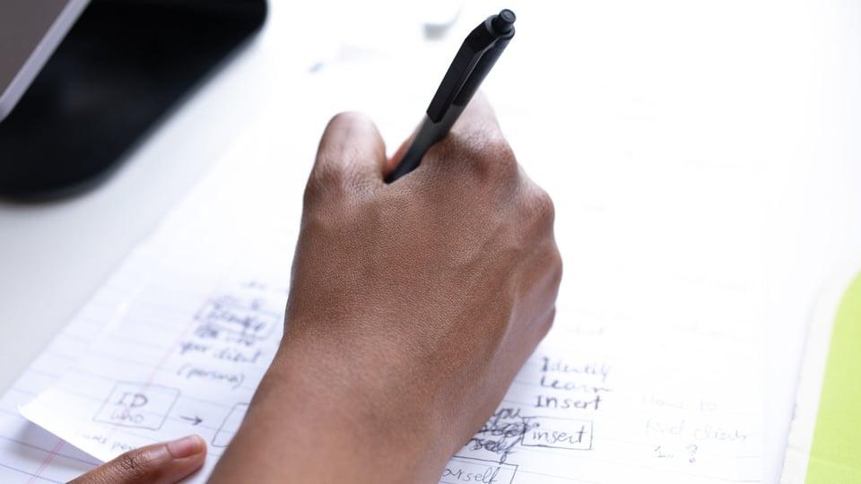 Concurso Prefeitura de Louveira - SP- a foto mostra um homem escrevendo
