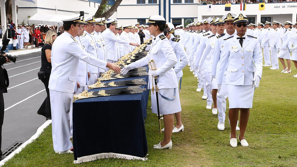 Concurso Marinha: a imagem mostra oficiais formados em fila cumprimentando oficiais navais