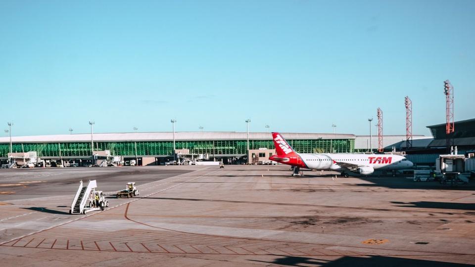 Concurso NAV Brasil: imagem de um aeroporto, no destaque um avisão da TAM