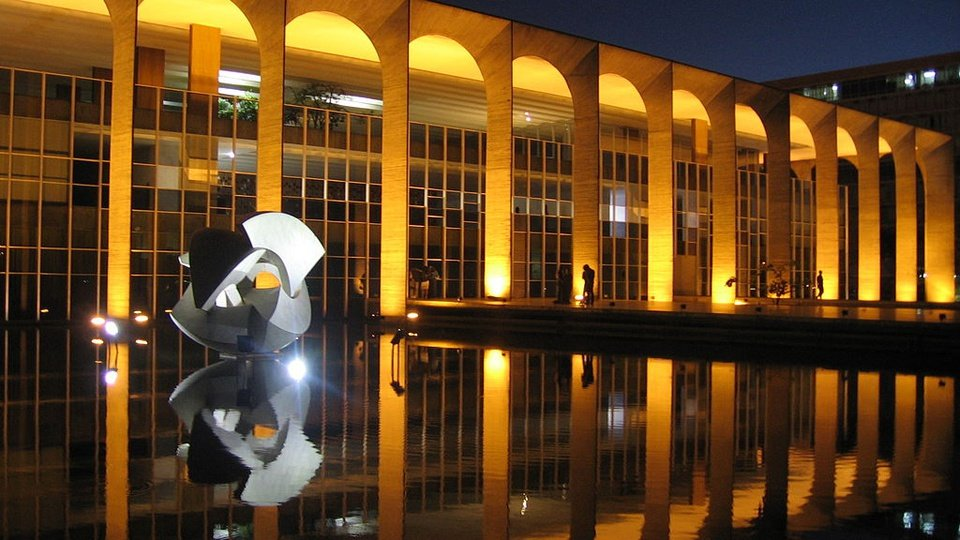 Concurso para diplomata tem provas suspensas: prédio do Itamaraty à noite iluminado com luzes amarelas