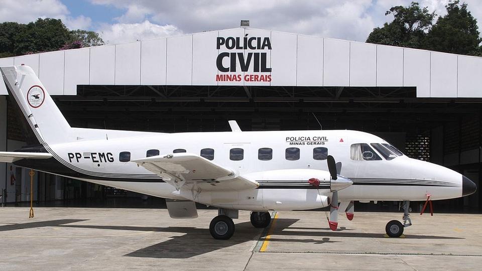 Concurso PC MG: imagem mostra galpão da policia civil de minas gerais com avião na frente