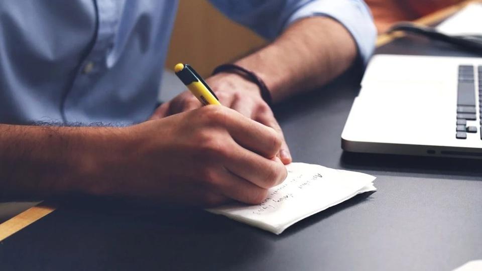 Concurso PC PB: homem anotando no caderno