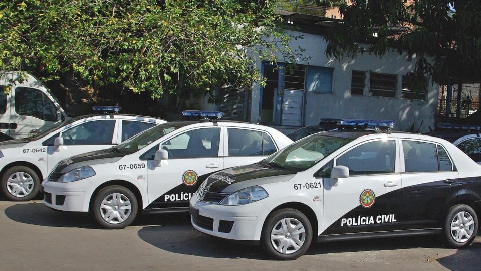 Editais do concurso PC RJ devem sair em 2021: viaturas da Polícia Civil do Rio de Janeiro. Elas estão estacionadas em ambiente aberto
