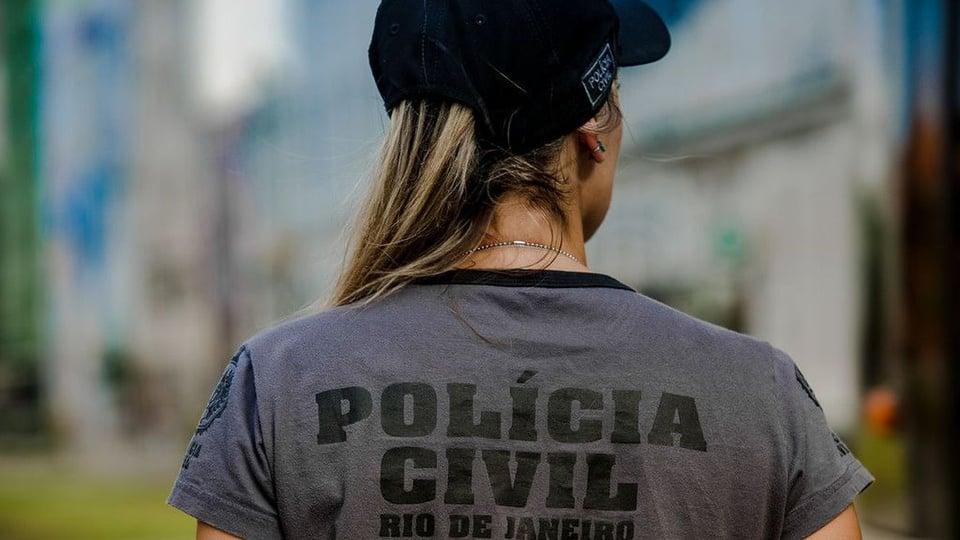 concurso pc rj: a imagem mostra policial uniformizada de costas