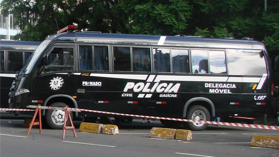 Concurso PC RS: a foto mostra um ônibus da polícia civil do rio grande do sul, da delegacia móvel da corporação