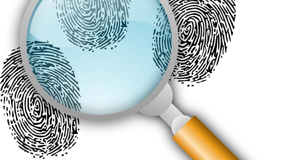 Concurso PC SC: a foto mostra uma ilustração de lupa e figuras de impressões digitais dando a entender que se trata de representação de uma investigação policial