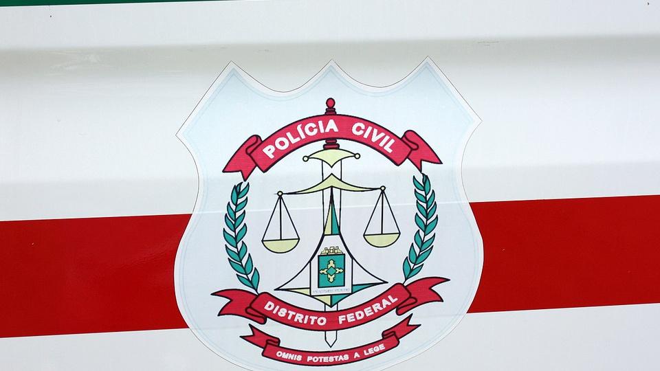Concurso PCDF Administrativo: enquadramento em logo da Polícia Civil do Distrito Federal, que está acoplada em viatura da corporação