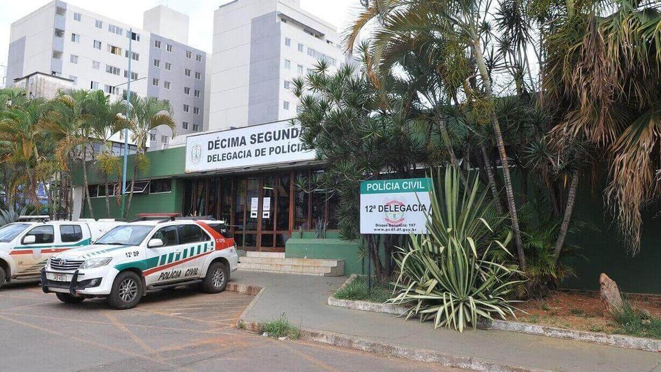 Concurso PCDF: fachada da décima segunda delegacia da Polícia Civil com duas viaturas paradas na porta