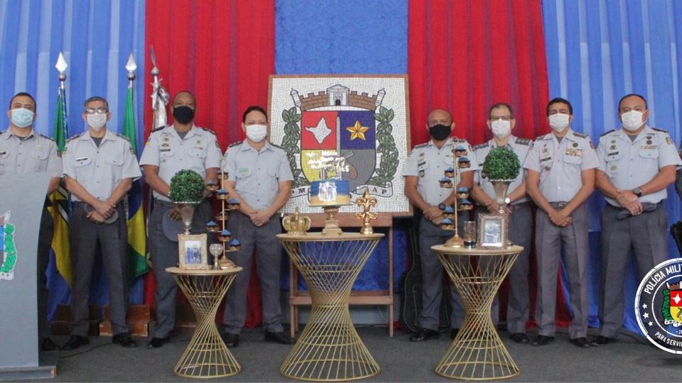 concurso pm ap: a imagem mostra militares fardados enfileirados em cima de palco durante solenidade