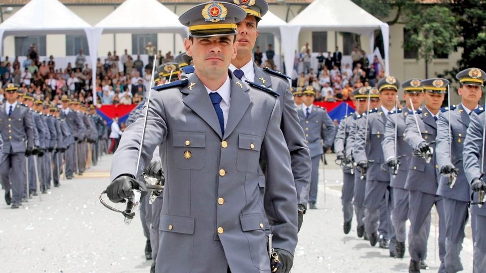 Concurso PM SP Aluno-Oficial - homens da polícia marchando