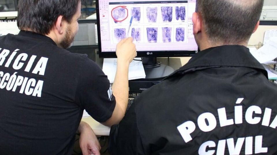 concurso da Polícia Civil: policiais olham imagens em computador