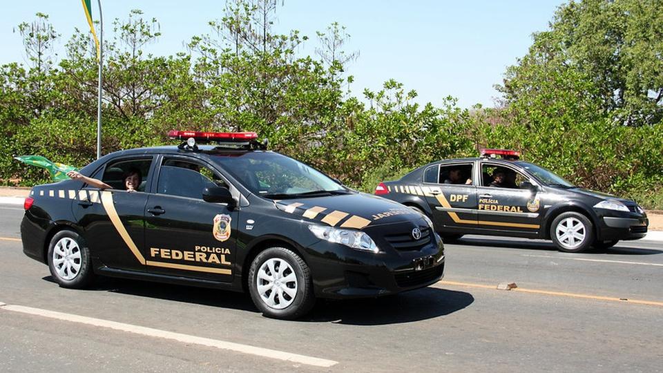 concurso polícia federal: a imagem mostra duas viaturas da polícia federal estacionadas