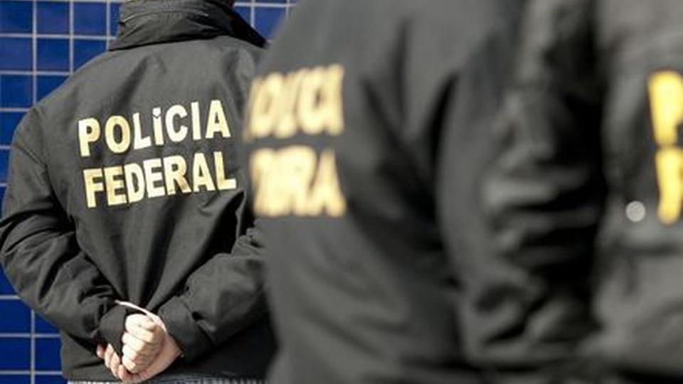 concurso policia federal: a imagem mostra agentes da pf virados de costas