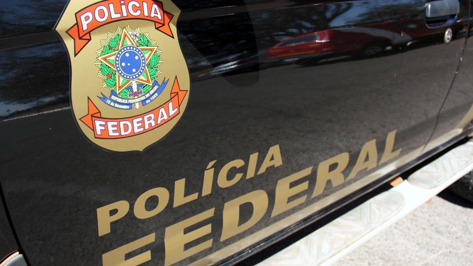 O que faz um Delegado da PF: enquadramento em lateral de viatura da Polícia Federal