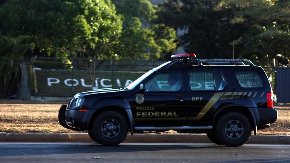 Concurso Polícia Federal: viatura da polícia federal na rua