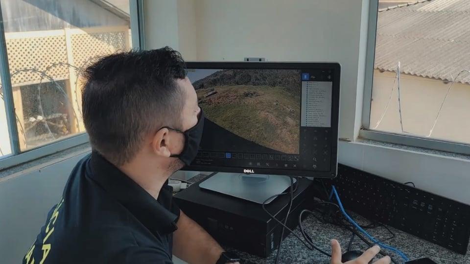 Concurso Polícia Penal AC: policial penal, de costas, olhando para a tela de um computador