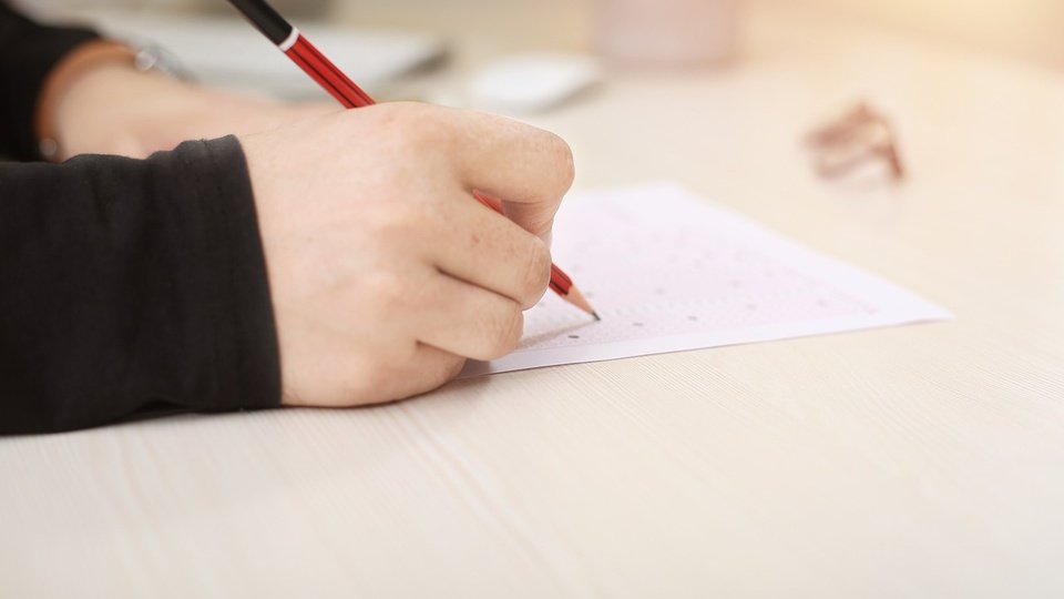 Concurso Prefeitura de Águas de São Pedro - SP; pessoa escrevendo