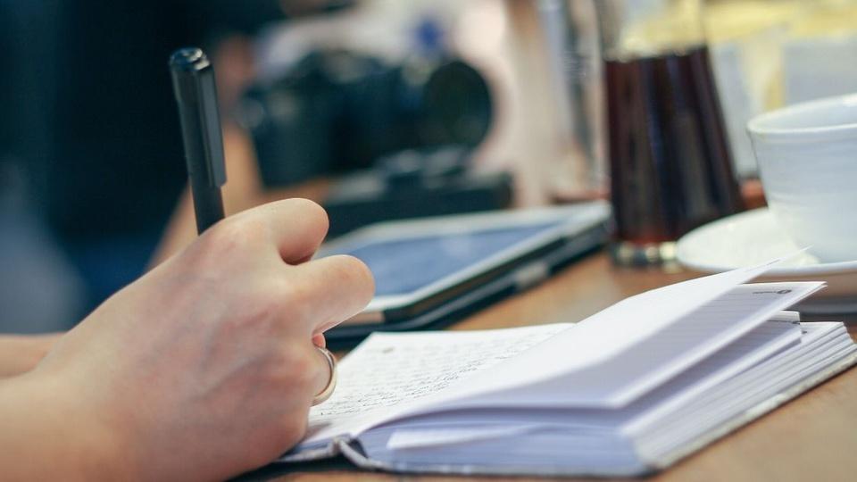 Concurso Prefeitura de Boa Vista do Sul - RS - a foto mostra uma pessoa escrevendo no caderno