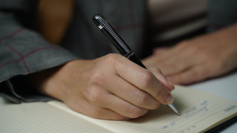 Concurso Prefeitura de Carapicuíba - SP: enquadramento em mão escrevendo em papel