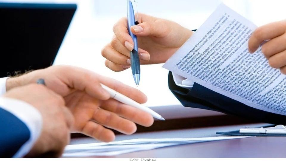 Concurso Prefeitura de Carutapera: a imagem mostra duas pessoas assinando um contrato