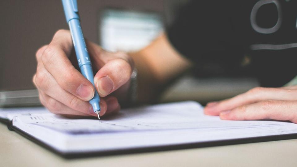 Processo Seletivo Prefeitura de Chavantes: pessoa escrevendo