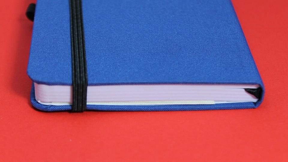 concurso Prefeitura de Frecheirinha: caderninho azul em fundo vermelho