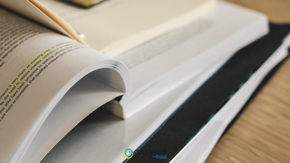 Concurso Prefeitura de Goiandira - GO: a foto mostra livros abertos sobre a mesa