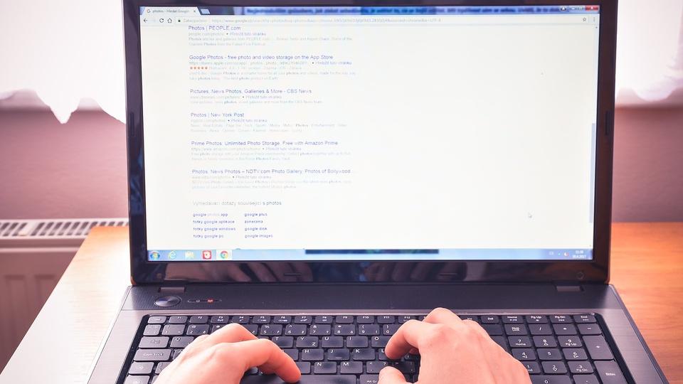 Concurso Prefeitura de Macaíba - RN: mãos digitam em teclado de notebook