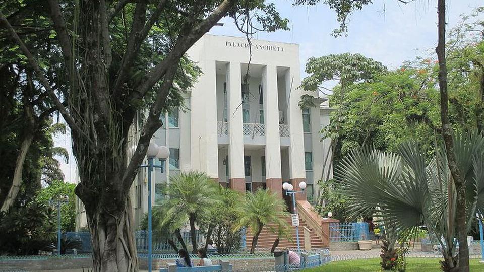 Concurso Prefeitura de Magé - RJ: a foto mostra a frente do prédio da Prefeitura municipal de Magé, no Rio de Janeiro