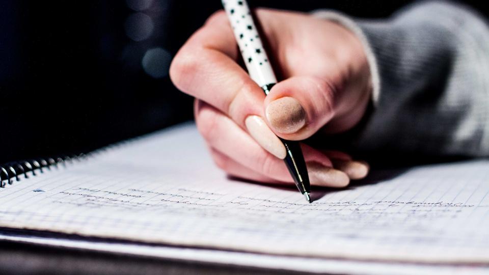 Concurso Prefeitura de Maturéia PB: a foto mostra pessoa escrevendo em caderno