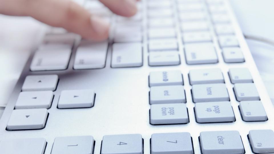 Concurso Prefeitura de Oeiras do Pará - a foto mostra mãos digitando em um teclado de computador