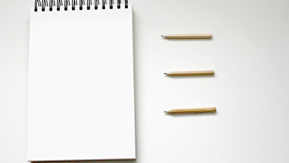 processo seletivo Prefeitura de Paraopeba: a imagem mostra bloco de anotações com três lápis ao lado