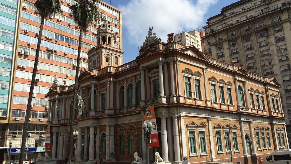 concurso prefeitura de porto alegre: a imagem mostra a fachada da Prefeitura de Porto Alegre vista da lateral direita