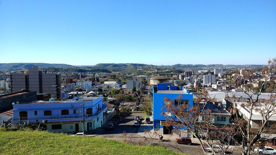 Concurso Prefeitura de Santana do Livramento: a imagem é uma fotografia dos prédios da cidade