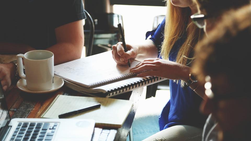 Concurso Prefeitura de São João de Meriti - RJ: foco em mulher escrevendo em caderno