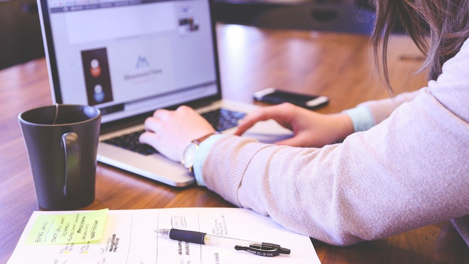 Concurso Prefeitura de Toropi - RS: mulher digitando em teclado de notebook