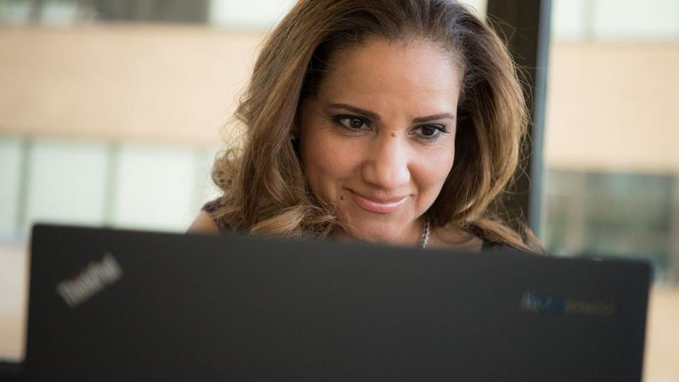Concurso Prefeitura de Venturosa - PE - a foto mostra uma mulher em frente ao computador